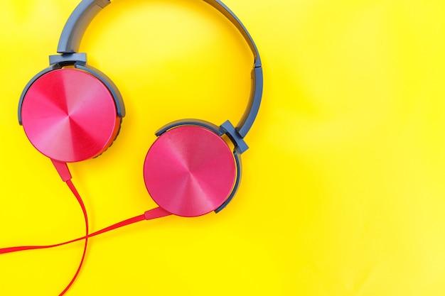 Rode dj-hoofdtelefoon met kabel die op kleurrijke achtergrond wordt geïsoleerd
