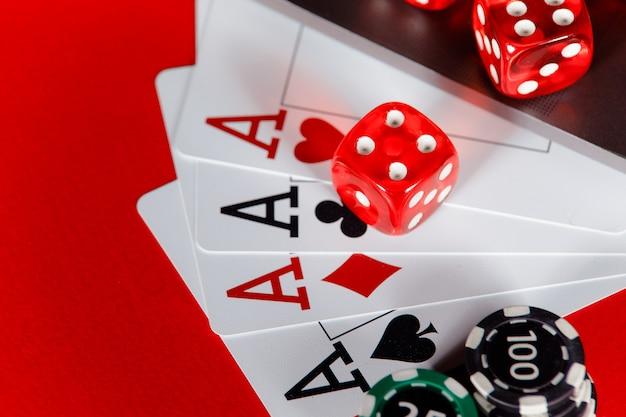 Rode dobbelstenen en kaarten met azen close-up.