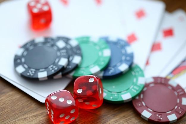 Rode dobbelstenen liggend met casino chips als goksymbool
