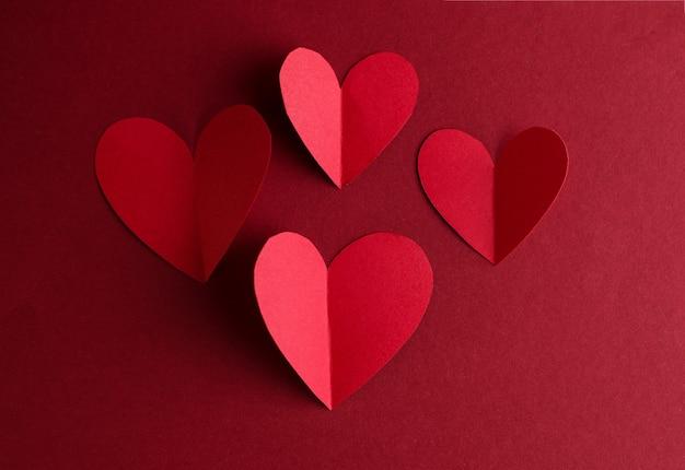 Rode document harten op donkerrood. valentijnsdag monochroom concept kaart