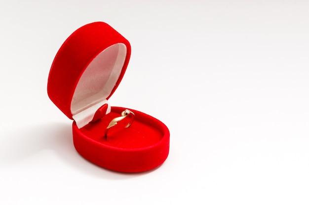Rode doos voor dure geschenken en decoraties geïsoleerd op een witte achtergrond