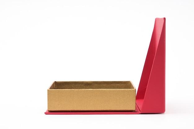 Rode doos voor sieraden en geschenken op een afgelegen witte achtergrond