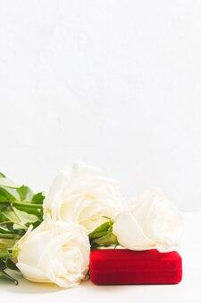 Rode doos voor sieraden met witte rozen
