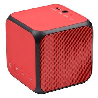Rode draadloze bluetooth-luidspreker op witte achtergrond