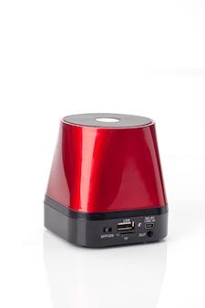Rode draadloze draagbare luidspreker geïsoleerd op een witte achtergrond