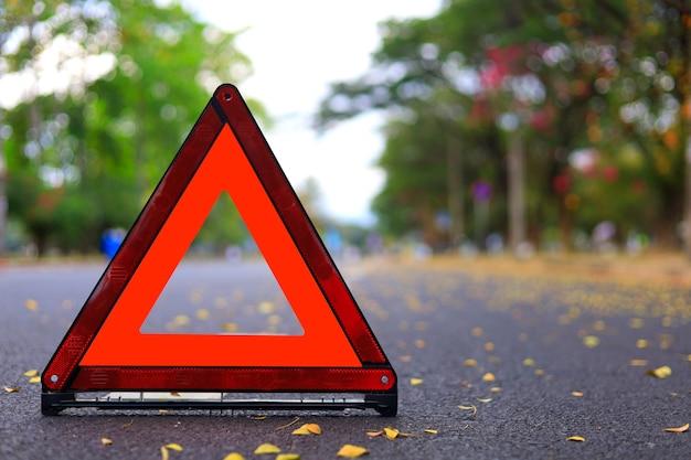 Rode driehoek, rood noodstopbord, rood noodsymbool op weg.