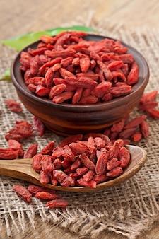 Rode droge gojibessen in houten lepel