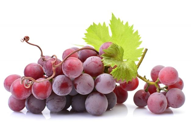 Rode druif die op wit wordt geïsoleerd