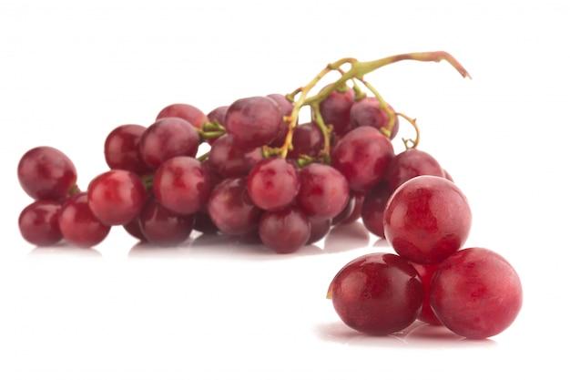 Rode druif die op witte achtergrond wordt geïsoleerd