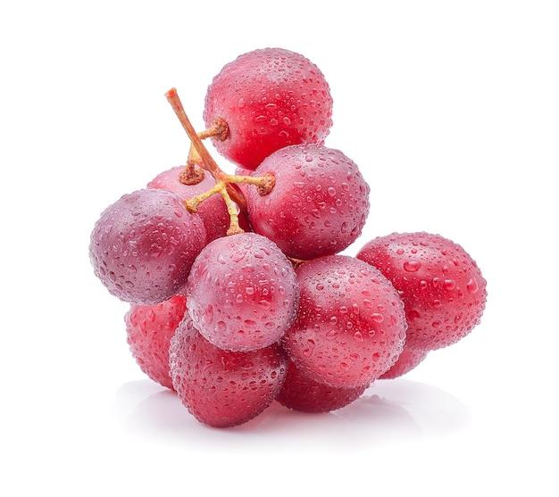 Rode druiven en waterdruppels geïsoleerd op wit