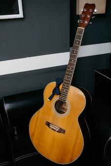 Rode elektrische gitaar op een standaard ligt op de grond