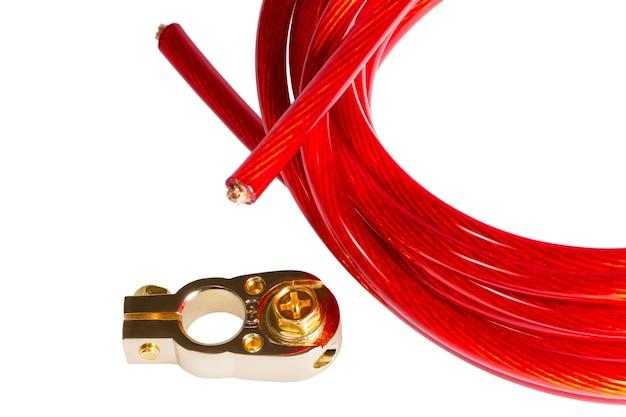 Rode elektrische stroomkabel en positieve contactterminal car-batterij geïsoleerd op een witte achtergrond