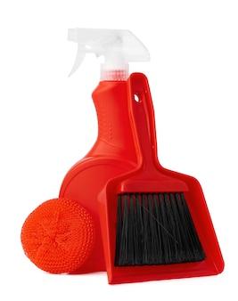 Rode emmer met schoonmaakproducten die op witte achtergrond worden geïsoleerd