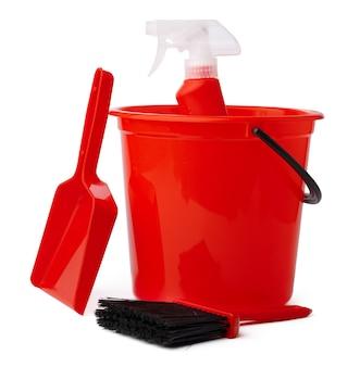 Rode emmer met schoonmaakproducten geïsoleerd op witte achtergrond