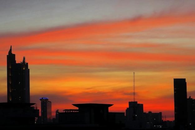 Rode en blauwe hemel van twilight time cloud en gebouw in grote stad zakelijke achtergrond concept met kopie ruimte