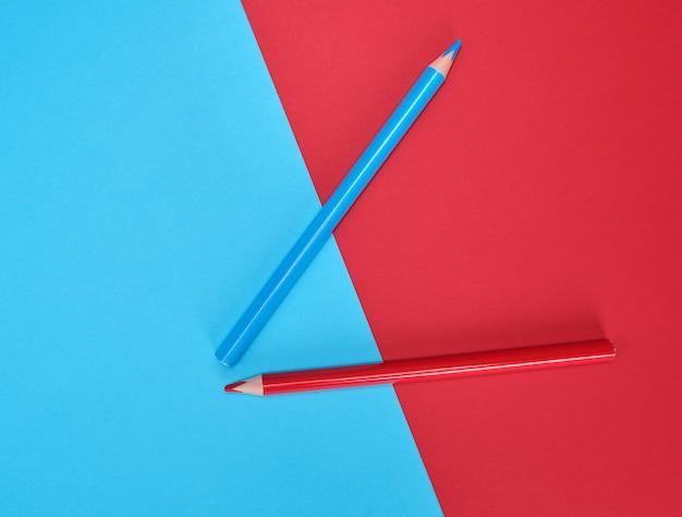 Rode en blauwe houten potloden op kleurensamenvatting