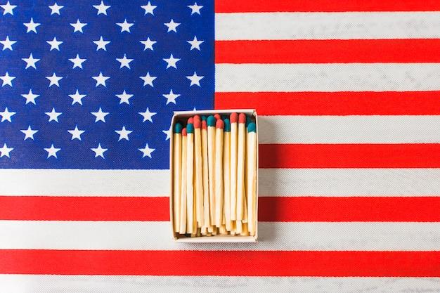 Rode en blauwe matchstick op de vlag van de vs