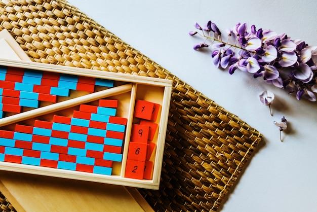 Rode en blauwe montessori houten streep om rekenen in de klas te leren.