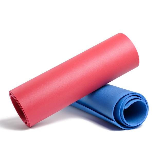 Rode en blauwe neopreen tapijten geïsoleerd op een witte ondergrond. sportmat
