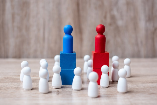 Rode en blauwe zakenman leiders met menigte