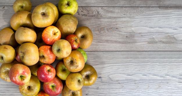 Rode en gele biologische appels op houten tafel