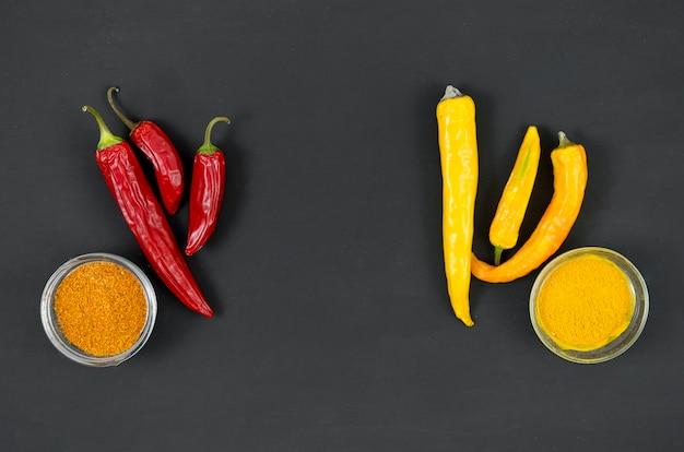Rode en gele paprika's op een grijze achtergrond bovenaanzicht