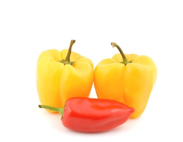 Rode en gele paprika's op een witte achtergrond