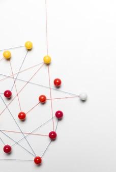 Rode en gele punaise kaart en draad