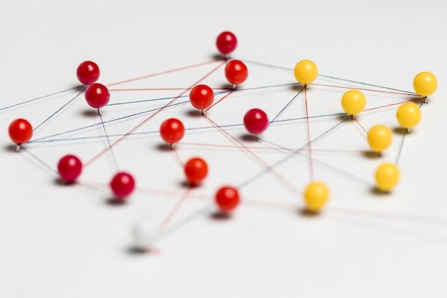 Rode en gele pushpins met draad voor routekaart