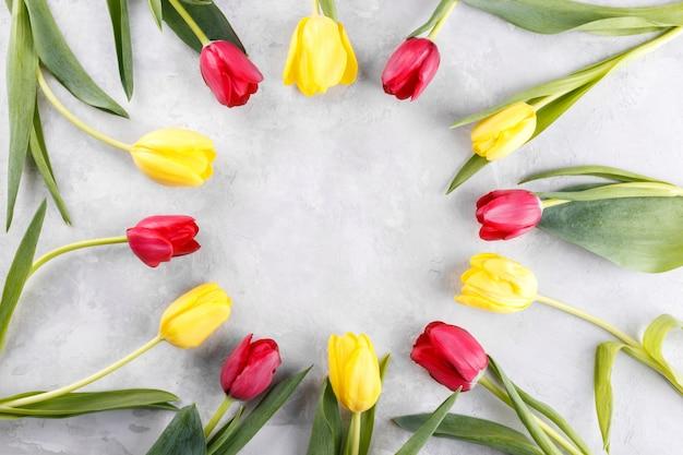 Rode en gele tulp bloemen