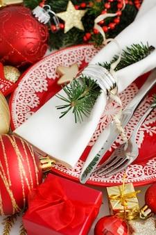 Rode en gouden feestelijke tafel