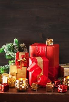 Rode en gouden kerstcadeau doos en decoratie lantaarn kaars