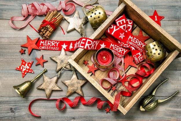 Rode en gouden kerstversiering. vintage ornamenten