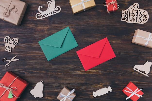 Rode en groene enveloppen en kerstversieringen