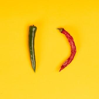 Rode en groene hete chilipepers