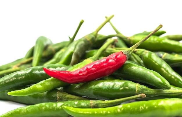 Rode en groene spaanse peperpeper op wit