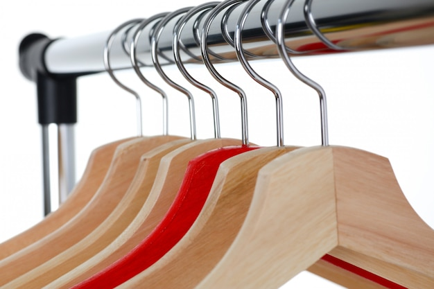 Rode en houten hanger hangen op metaal