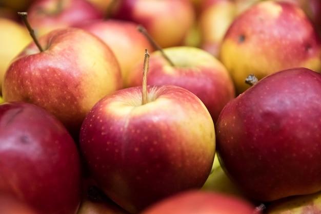 Rode en kleuren appels