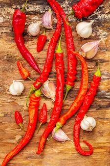 Rode en oranje chili peper met knoflook koken