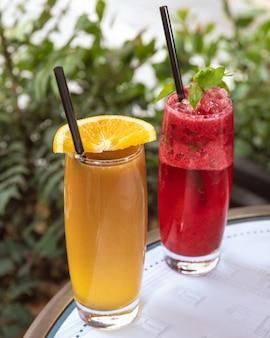 Rode en oranje cocktails op een tafel