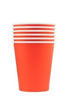 Rode en oranje papieren bekers voor drankjes isoleren op een witte achtergrond