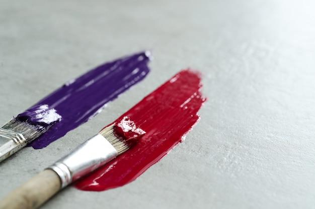 Rode en paarse penseelstreken
