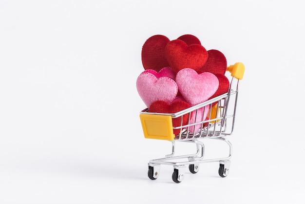 Rode en roze hartvorm op winkelwagentje voor liefdehuwelijk en valentijnsdag.
