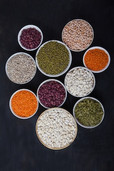 Rode en witte bonen, groene en rode linzen, zonnebloem en pompoen