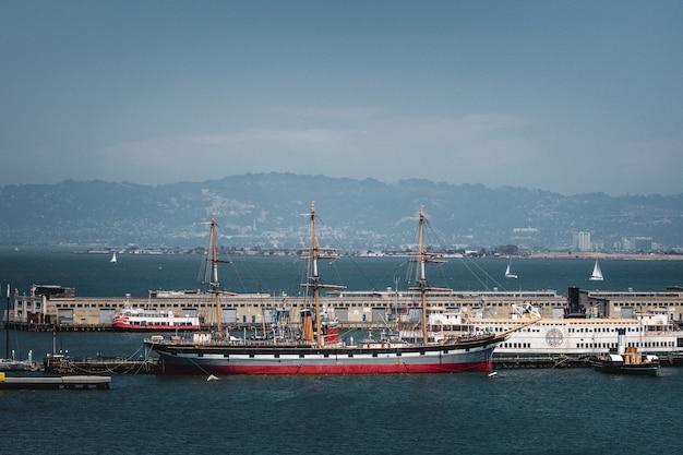 Rode en witte boot op zee overdag
