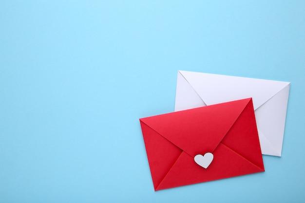 Rode en witte enveloppen op blauwe achtergrond