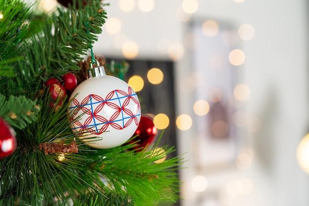 Rode en witte kerstballen opknoping van een kerstboom close-up