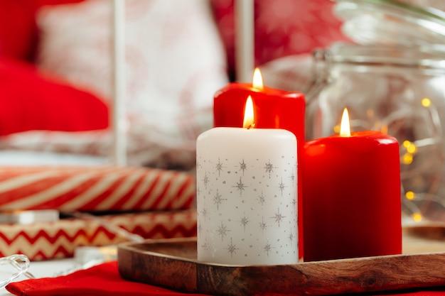 Rode en witte kerstmiskaarsenbinnenhuisarchitectuur
