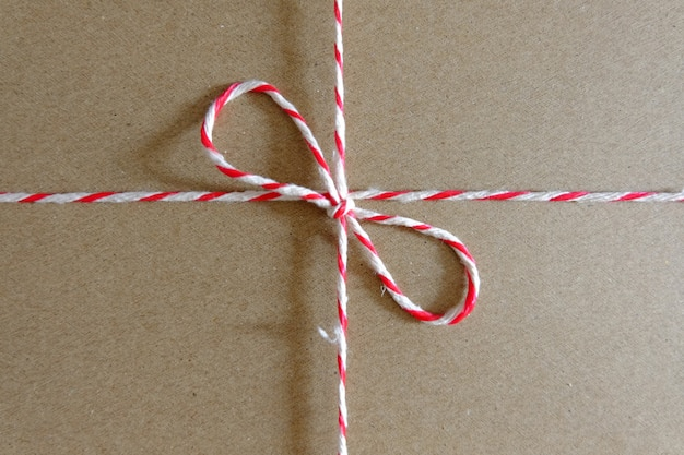 Rode en witte pakketkabel dichte omhooggaand op pakket