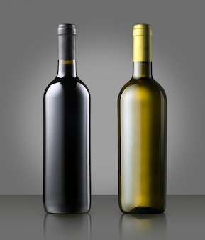 Rode en witte wijnflessen zonder etiket op grijs